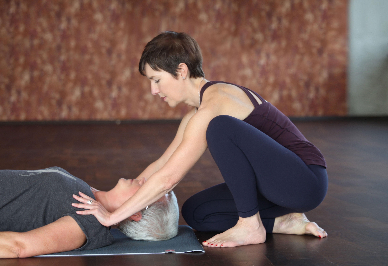 Gudrun Zandt Yogaübung Hilfestellung