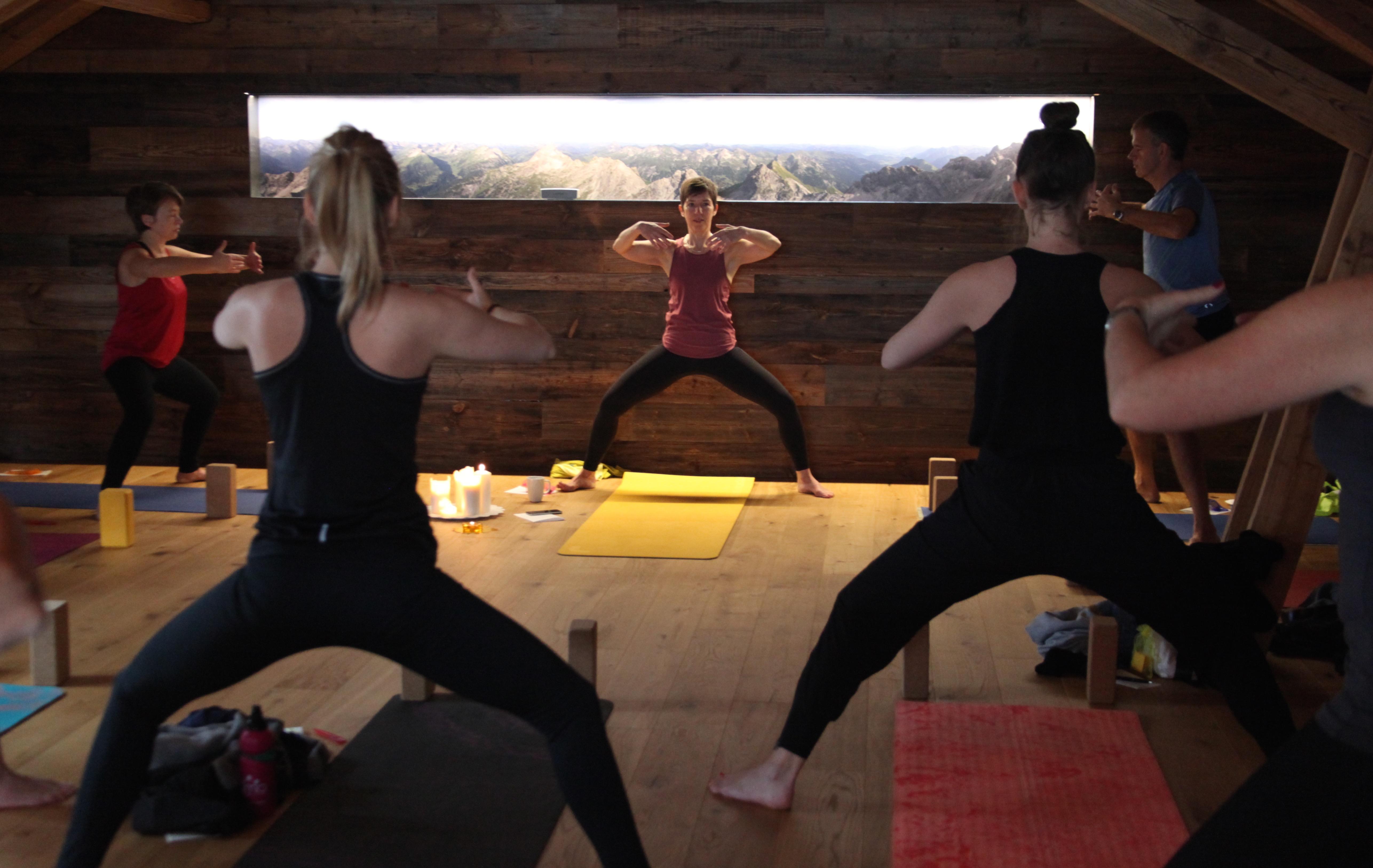 Yogaübung in der Gruppe